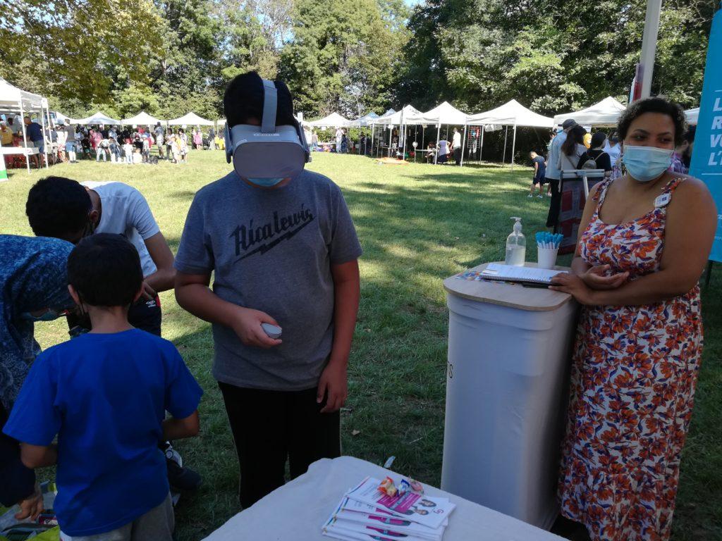 Un jeune test le casque de réalité virtuelle